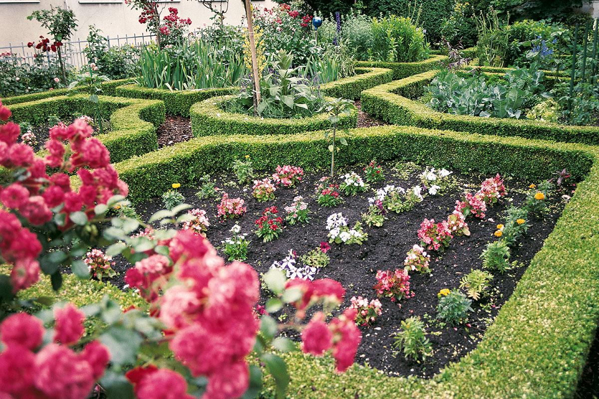 Die buchsgefassten Beete und das Mittelrondell eines Schweizer Bauerngartens machen besonders deutlich, wo diese Gartenform ihren Ursprung hat: in den wohlgepflegten Kreuzgärten der Benediktiner, die sich ihrerseits die ornamentale Gartenkunst des Barock zum Vorbild nahmen