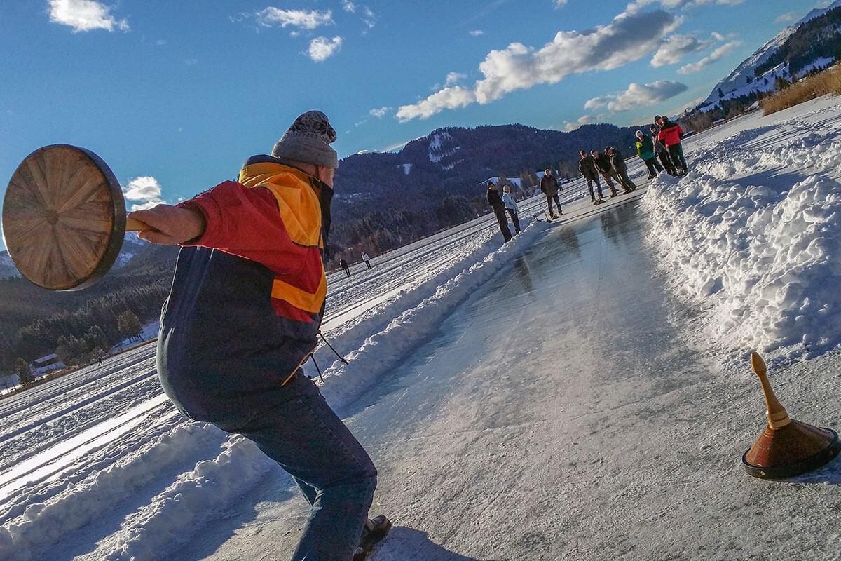 Im Winter verwandelt sich der Kärntner Weissensee zur größten natürlichen Eisfläche Europas