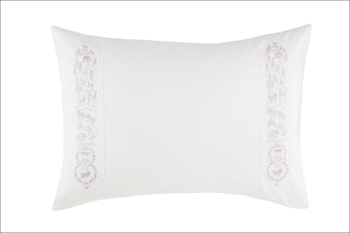 Bettwäsche aus Satin und Leinenbettwäsche aus der aufwendigen Kollektion Luxury Nights von Christian Fischbacher