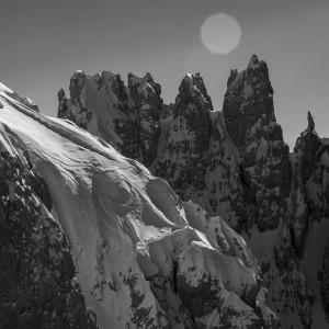 Das Siegerfoto des Arc'teryx King of Dolomites: Guy Fattals Bild von Konrad Dorian am Rosetta-Gipfel mit der Palagruppe im Hintergrund. Team: Guy Fattal, Konrad Dorian, Lukas Steger.