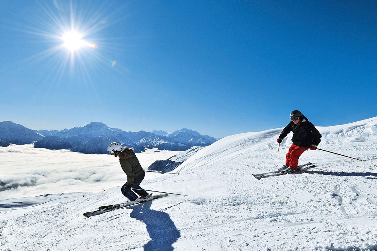 Skifahrer auf der Belalp im Kanton Wallis – eine der sonnigsten Pisten der Schweiz