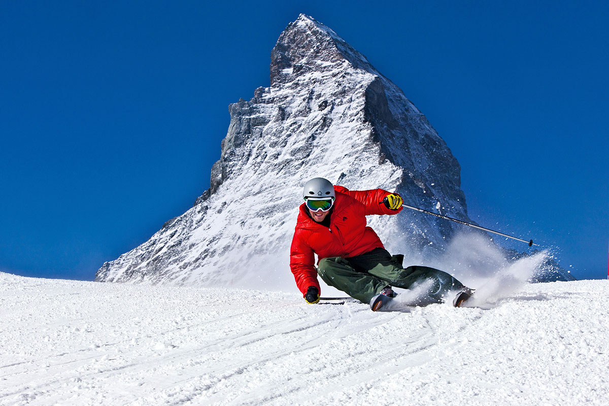 Skifahren vor dem Matterhorn in Zermatt, Kanton Wallis