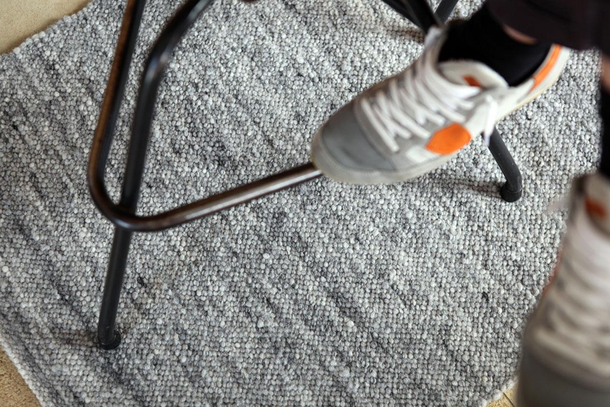 """Der Teppich Graphit 1/4"""" kostet in flauschiger Ausführung 96 Euro/qm. In gefilzter, sehr strapazierfähiger Ausführung 109 Euro/qm"""