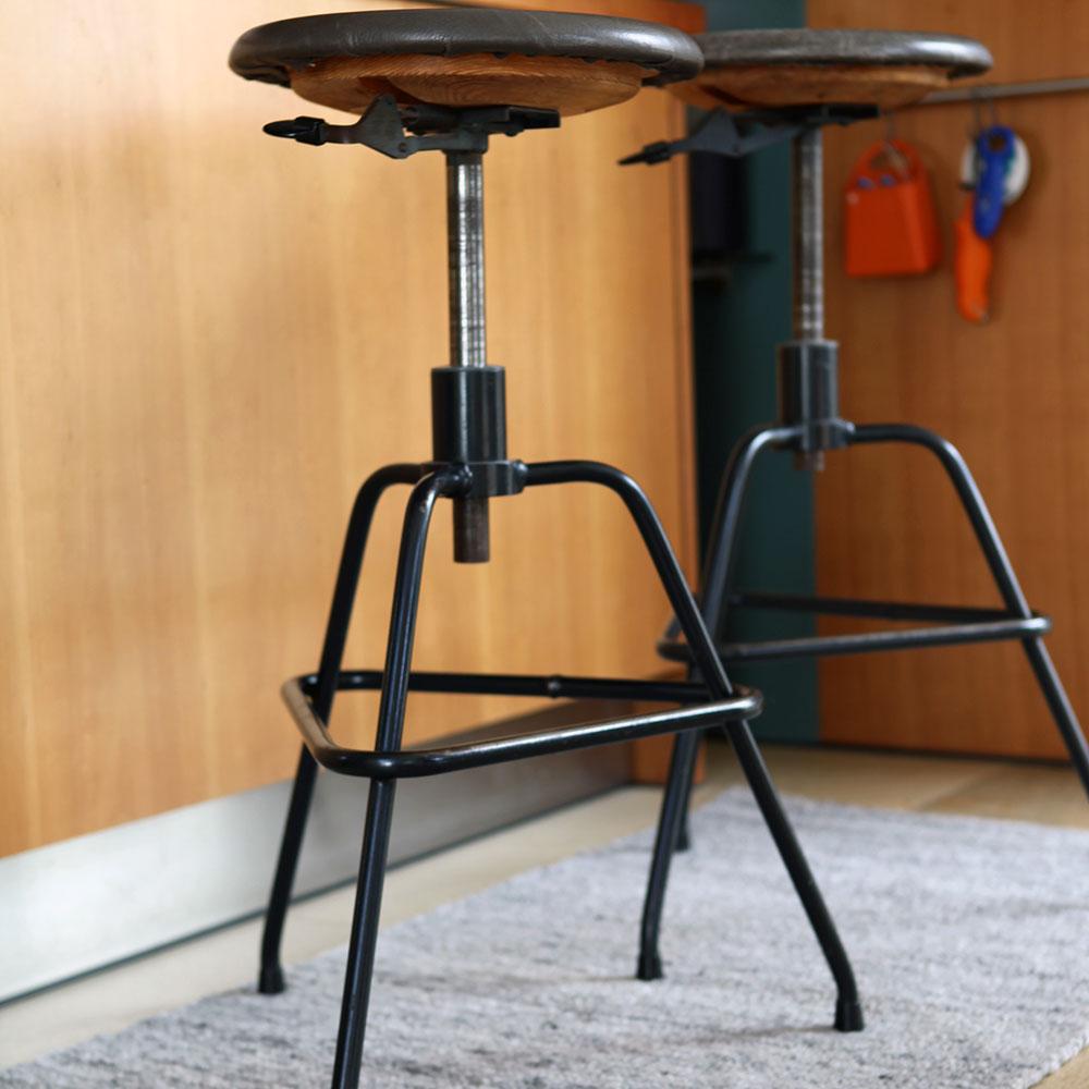 """Eine coole Kombination: Vintage und Handwebteppiche der Simssee-Handweberei. Der Teppich """"Graphit 1/4"""" der Simssee-Handweberei – eine Maßanfertigung aus reinen Naturmaterialien passt hervorragend zu dem angesagten """"Vintage-Wohnstil"""""""