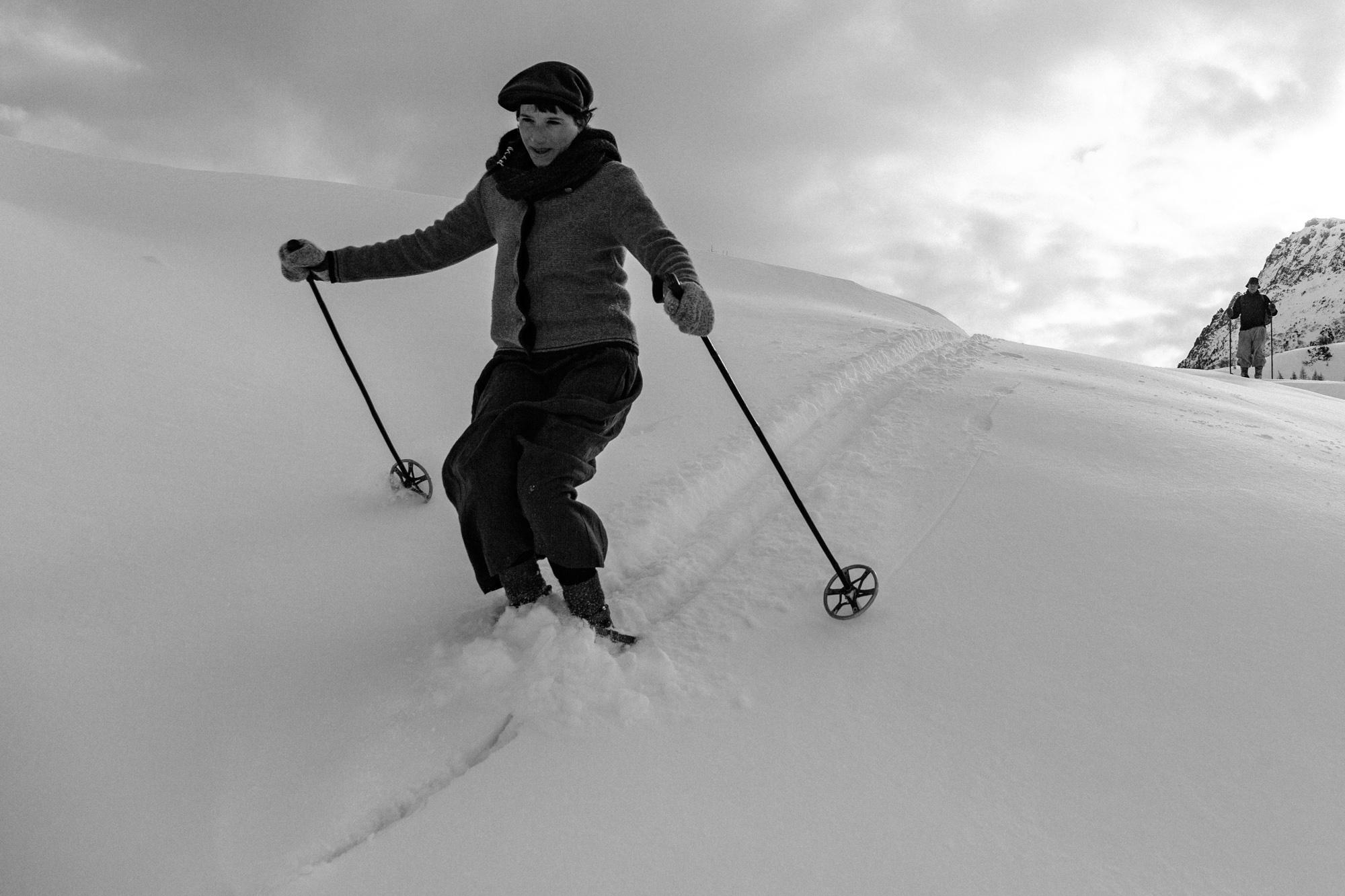 """""""Alle aber waren von einer Leidenschaft besessen: von diesem Skifahren, das hier oben, wie eine rätselhafte Krankheit auf einer einsamen Insel, virulent geworden war."""""""