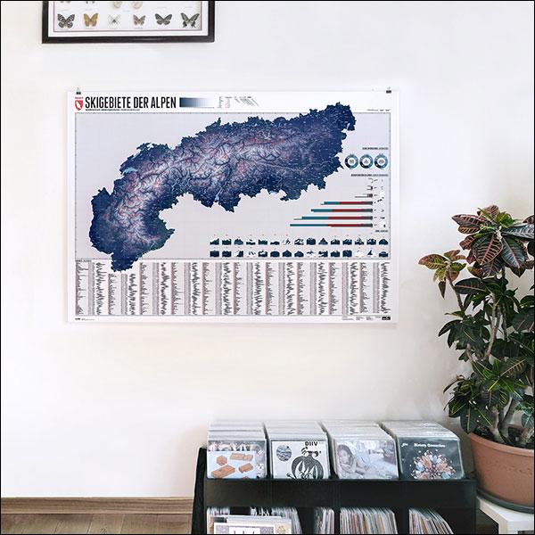 Die Karte zeigt für jedes Skigebiet blaue, rote und schwarze Pistenkilometer und die Höhe des Skigebietes. So schön, dass sie auch als Wandschmuck taugt
