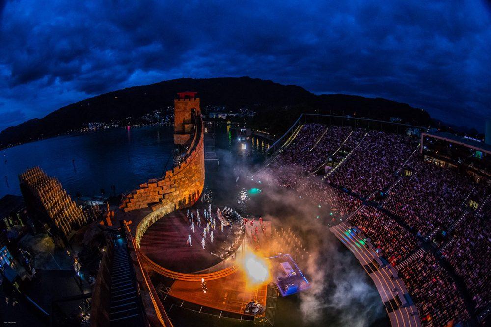 Cityguide – das ist in in Bregenz. Der Publikumsliebling der vergangenen Saison ist auch im Wiederaufnahme-Jahr begehrt: Die bereits seit Vorverkaufsstart große Ticket-Nachfrage für Turandot stieg in den vergangenen Wochen weiter an, sodass die Festspielverantwortlichen für 18. August 2016 eine Zusatzvorstellung des Spiels auf dem See ins Programm genommen haben.