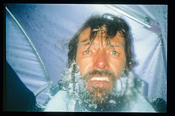 SCHICKSALSBERG: Vor 25 Jahren verliert der Südtiroler am Manaslu zwei Freunde. Allein zurückgeblieben, drückt er im Zelt auf den Selbstauslöser – ein Blick in seine Augen erzählt die ganze Geschichte