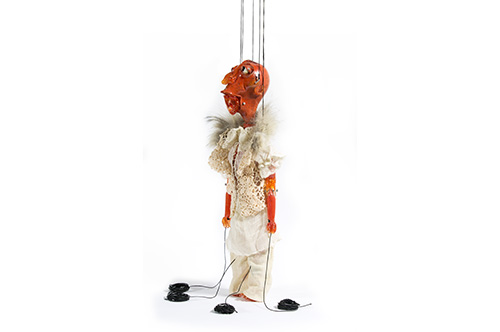 Cityguide – das ist in in Bregenz. Wael Shawky Cabaret Crusades: The Secrets of Karbala – Static Marionette, 2014 Muranoglas © Foto: Courtesy of Wael Shawky und Sfeir-Semler Galerie, Beirut