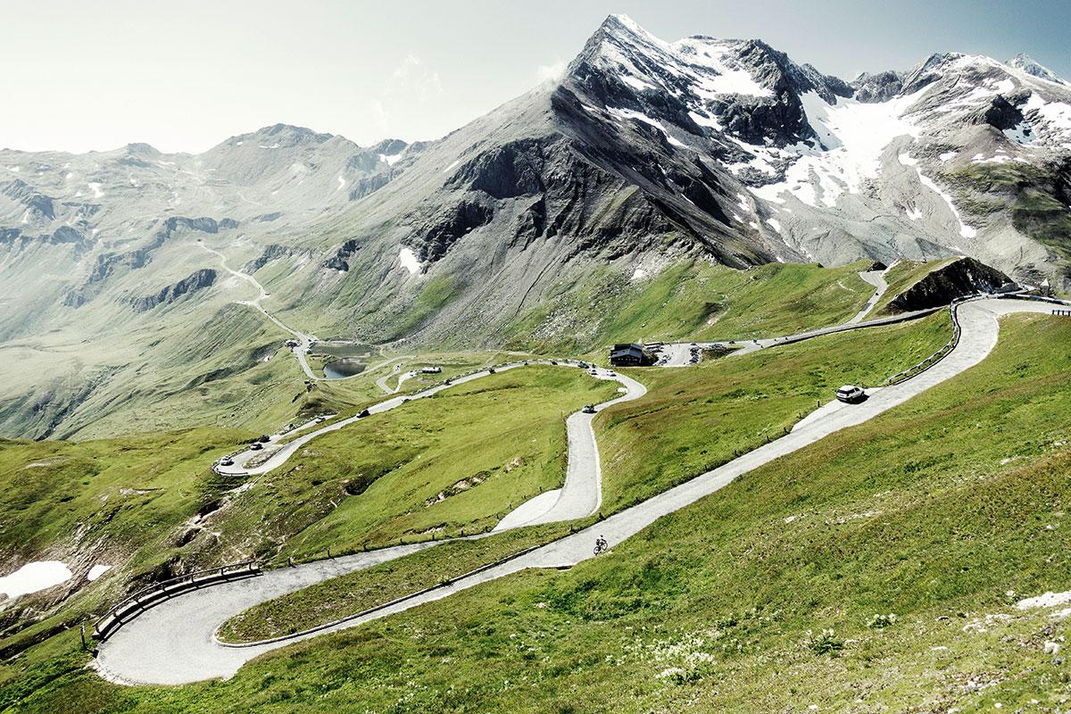 Alpenpässe 02/ GROSSGLOCKNER // AT // Bruck -> Heiligenblut // Passhöhe 2504 m* // 12% max. Steigung // Länge 48 km // Rund 270.000 Fahrzeuge winden sich jährlich die 36 Kehren der Alpenstraße hinauf, um den höchsten Berg Österreichs aus der Nähe zu bestaunen.* Meter über dem Meer