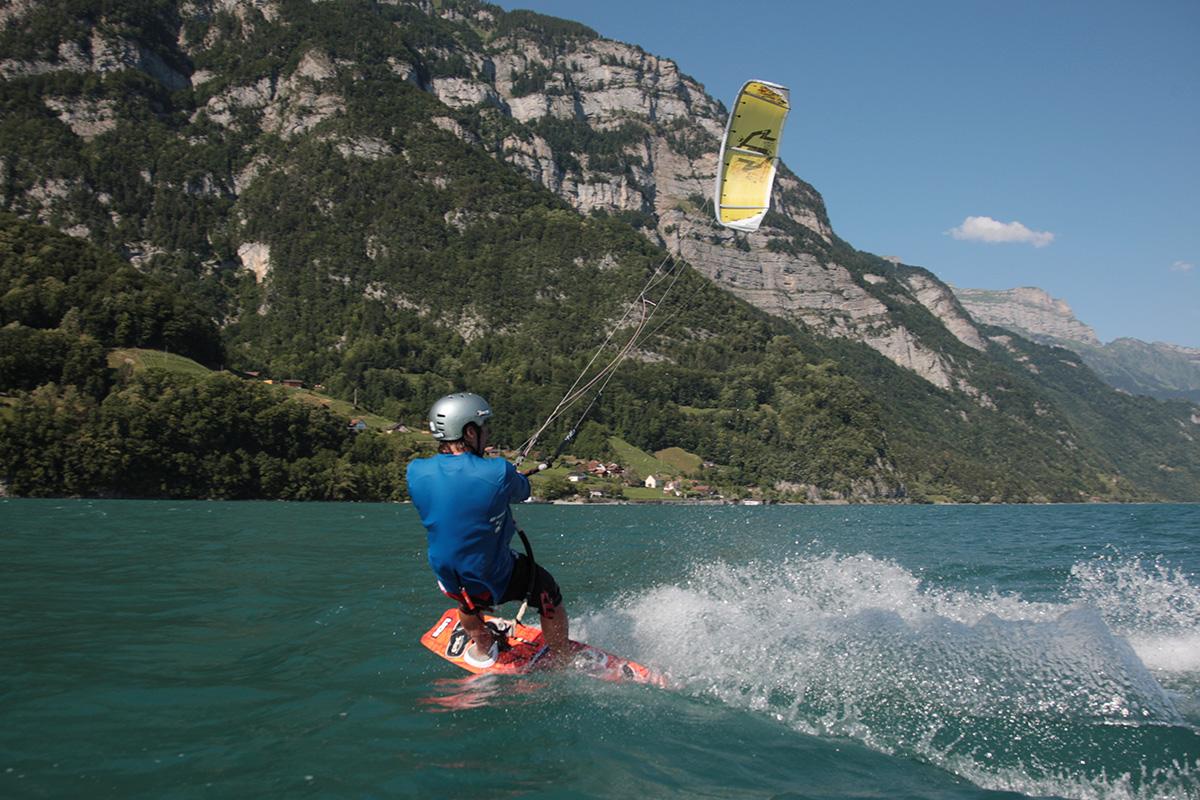 Silvaplanasee / Schweiz: Wegen des Malojawindes zählt der See im Oberengadin nahe St. Moritz zu einem der besten Surfspots weltweit und ist in den Sommermonaten entsprechend viel besucht. Der Wind kommt meist am späten Vormittag auf und bläst dann konstant bis Sonnenuntergang.