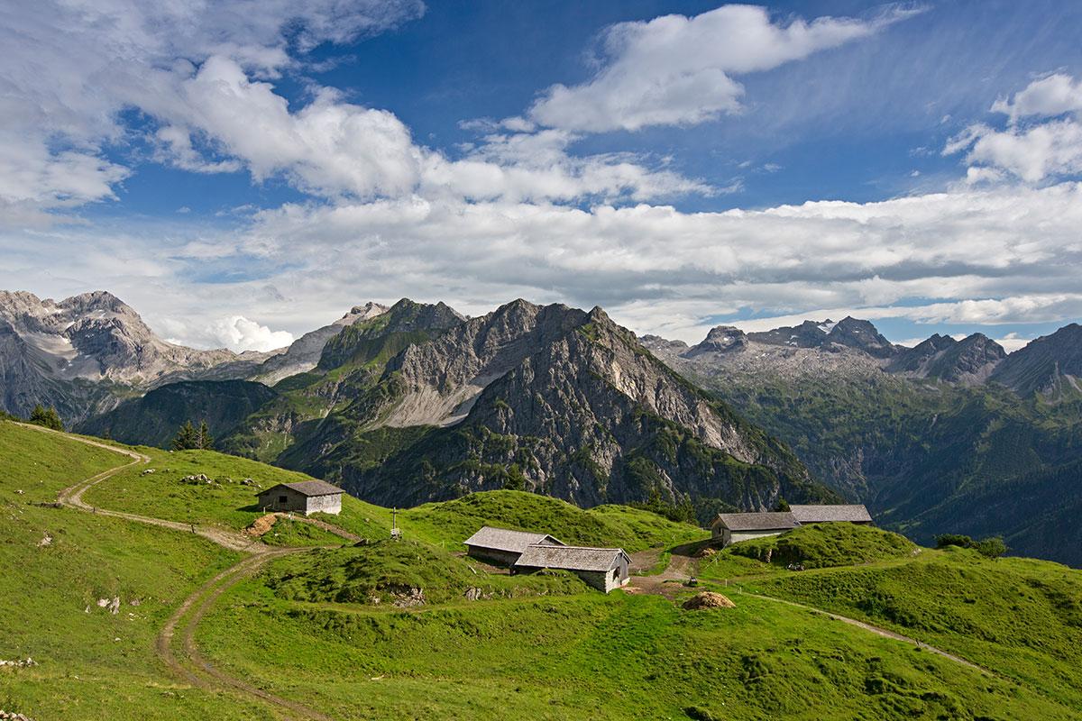 Almen in Österreich Alpe Oberüberlut. Der würzige Alpkäse, den Günter Nigsch auf seiner Alpe herstellt, schmeckt nach Thymian und Rosmarin
