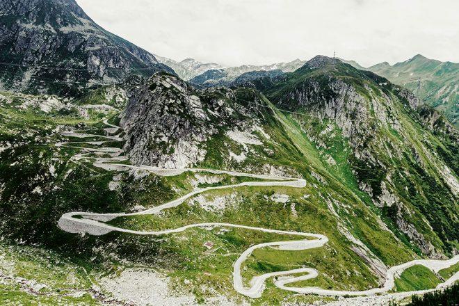 Alpenpässe 01/ ST. GOTTHARDPASS // CH // Andermatt -> Airolo // Passhöhe 2108 m* // 11,4% max. Steigung // Länge 27 km // Der St. Gotthard war schon immer nicht nur Berg, sondern auch Festung. Aufmerksame Fahrer können Luken, Tunneleingänge und Kanonenstände im Fels ausmachen. * Meter über dem Meer