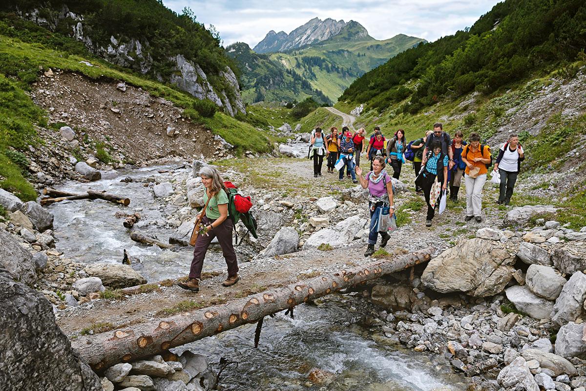 Almen in Österreich Susanne Türtscher. Nach der Kräuterwanderung auf der Alpe Klesenza wird der Käse verkostet