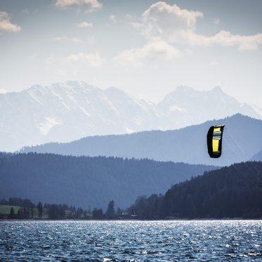 Susi Mai. Kitesurfen. Der Walchensee ist aufgrund seiner Lage ein thermisches Revier. Er bietet Kitesurfern, Seglern und Windsurfern neben hervorragenden Bedingungen ein spektakuläres Panorama