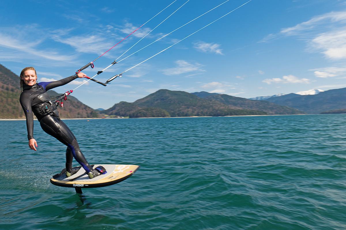 Susi Mai. Eine neue Generation von Boards, sogenannte Hydrofoils, erleichtern das Kitesurfen auch bei wenig Wind und geringer Geschwindigkeit