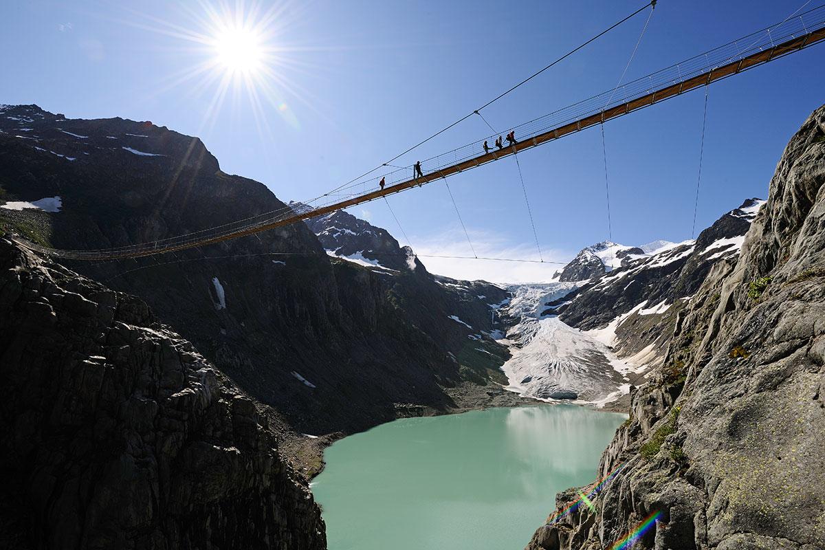 Triftbrücke über den Trift-Gletscher LÄNGE IM JAHR 1861 – 7674 Meter // LÄNGE IM JAHR 2010 – 3013 Meter // Foto: Kraftwerke Oberhasli AG / Robert Bösch/wikimedia.org