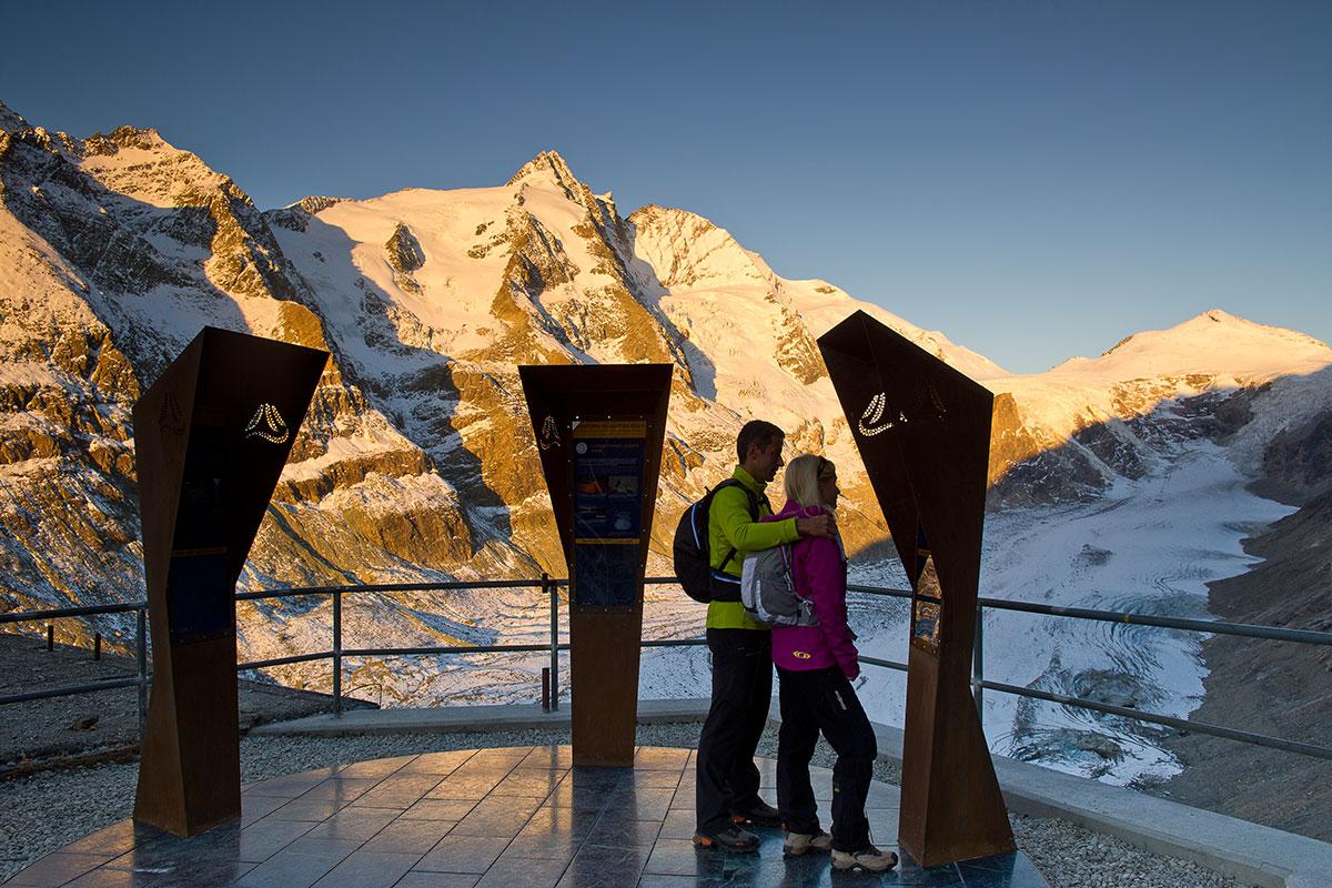 Startplatz Kaiser-Franz-Josefs-Höhe mit Großglockner und Pasterze. Grenzenlos wandern am Alpe-Adria-Trail