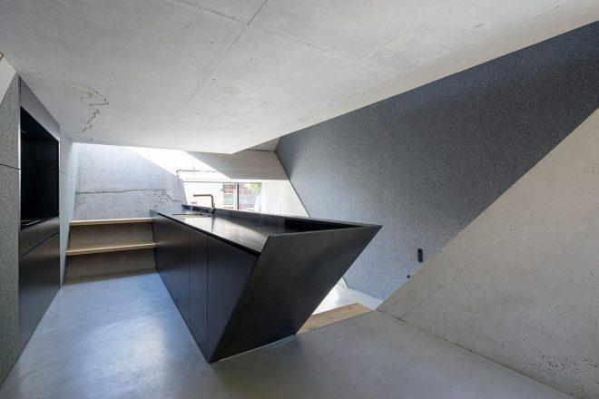 Peter Haimerl Architekt. In dem Schusterbauer-Anwesen in Riem arbeitet Haimerl erneut mit seiner preisgekrönten Betonkuben-Technik. Das ins 45- Grad-Dach eingesetzte Quadrat schafft neue Ebenen im Haus und spielt mit seinen steilen Schrägen
