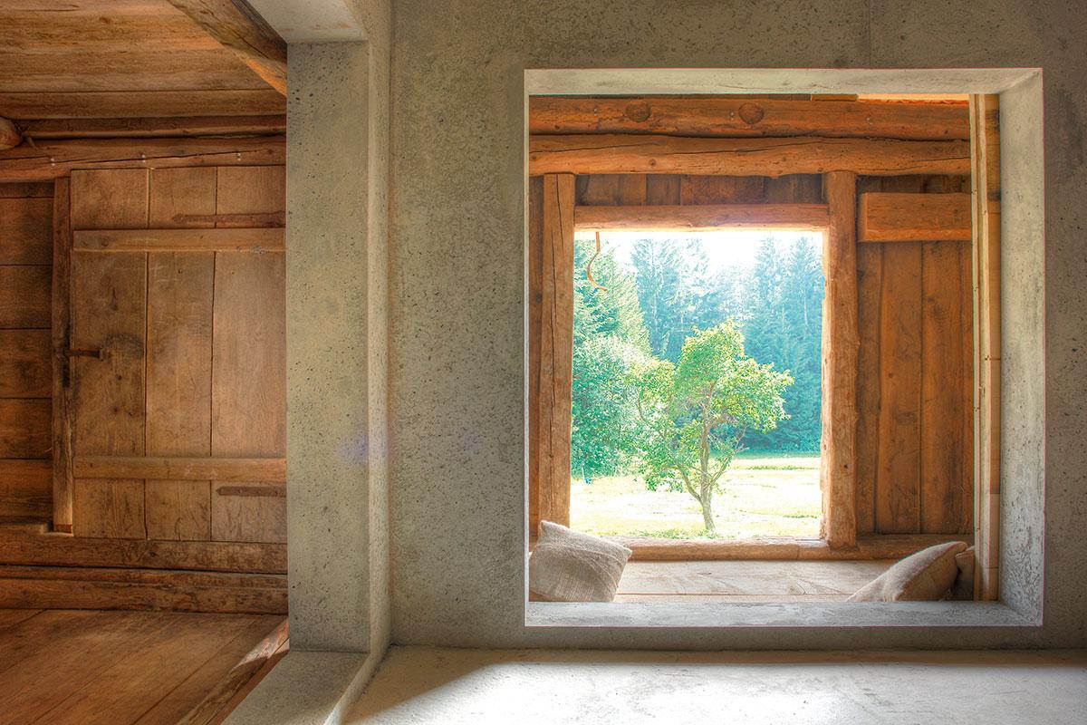 Peter Haimerl Architekt. Das Ferienhaus dient Haimerl auch als Büro und Showroom, wenn er seine Grundprinzipien, seinen innovativen Mix aus Alt und Neu demonstrieren will