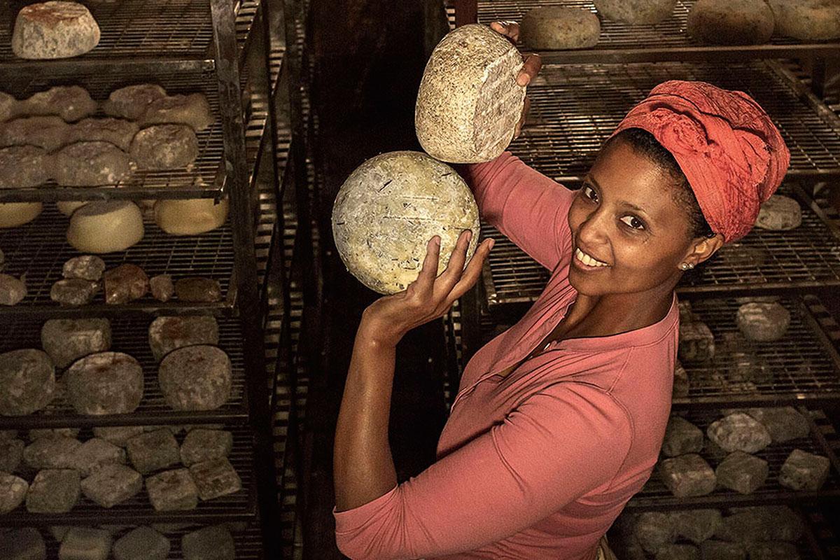 Reifeprozess: In der feuchten Luft einer unterirdischen Grotte reifen Agitus feine Käseformen heran. Sind sie so weit, bietet die Äthiopierin sie in ihrem Dorfladen an . Agitu Ideo Gudetu. Bio-Ziegenkäse von der Mochena-Ziege