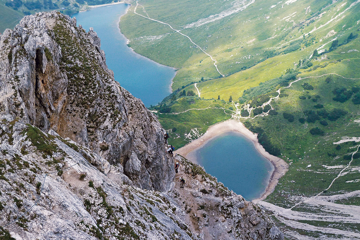 Klettersteig-Tourentipp Lachenspitze. Tiefblick von der Lachenspitze zu Klettersteig, Lache, Landsberger Hütte und Traualpsee