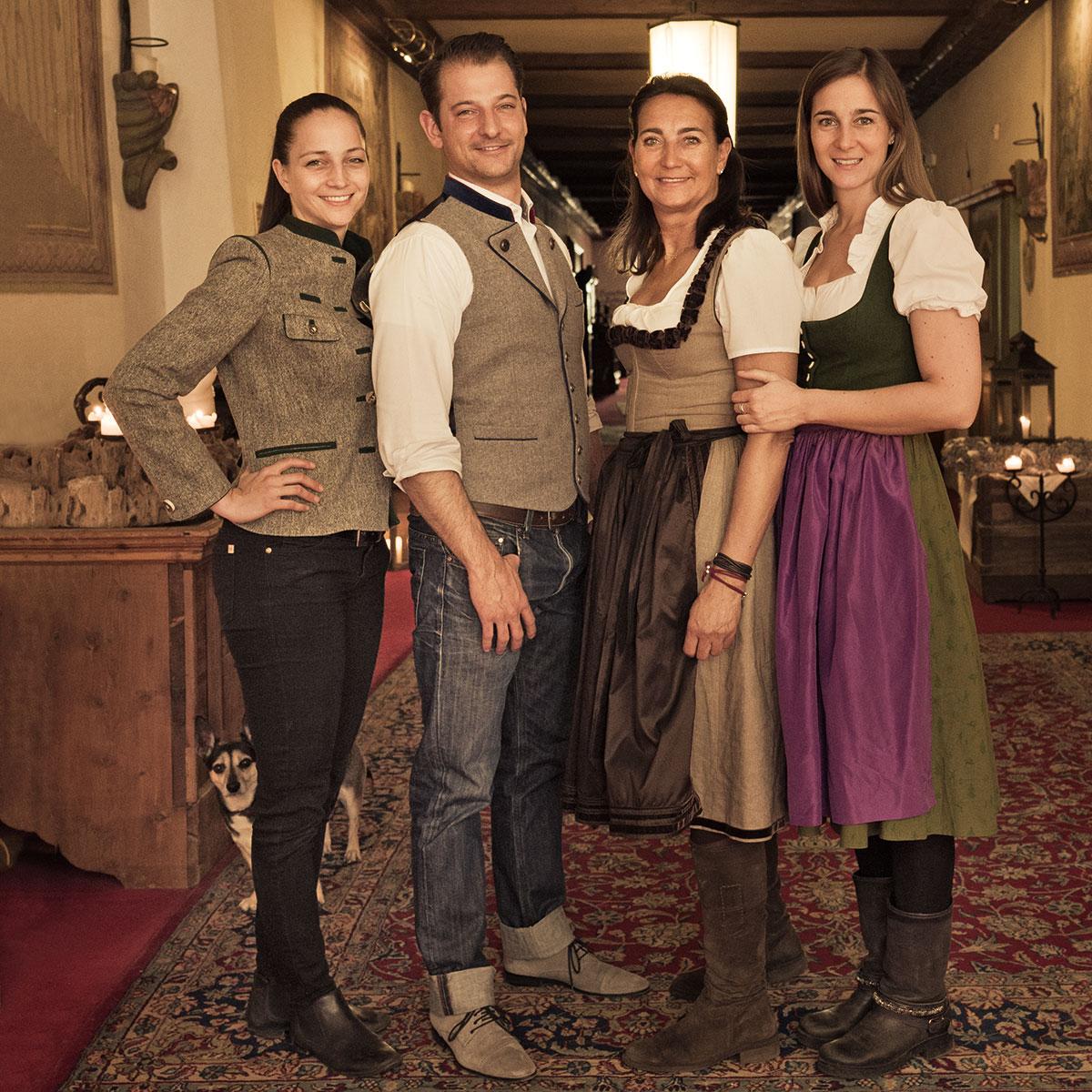 Hotel Klosterbräu. Ein seltener Moment: Die ganze Familie nimmt sich Zeit. Linda, Alois, Cristina und Laura(v.l.). Hinter Linda versteckt sich Hund Moritz