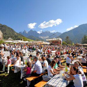 Südtiroler Speckfest Villnöss. Das Fest findet bei jeder Witterung statt