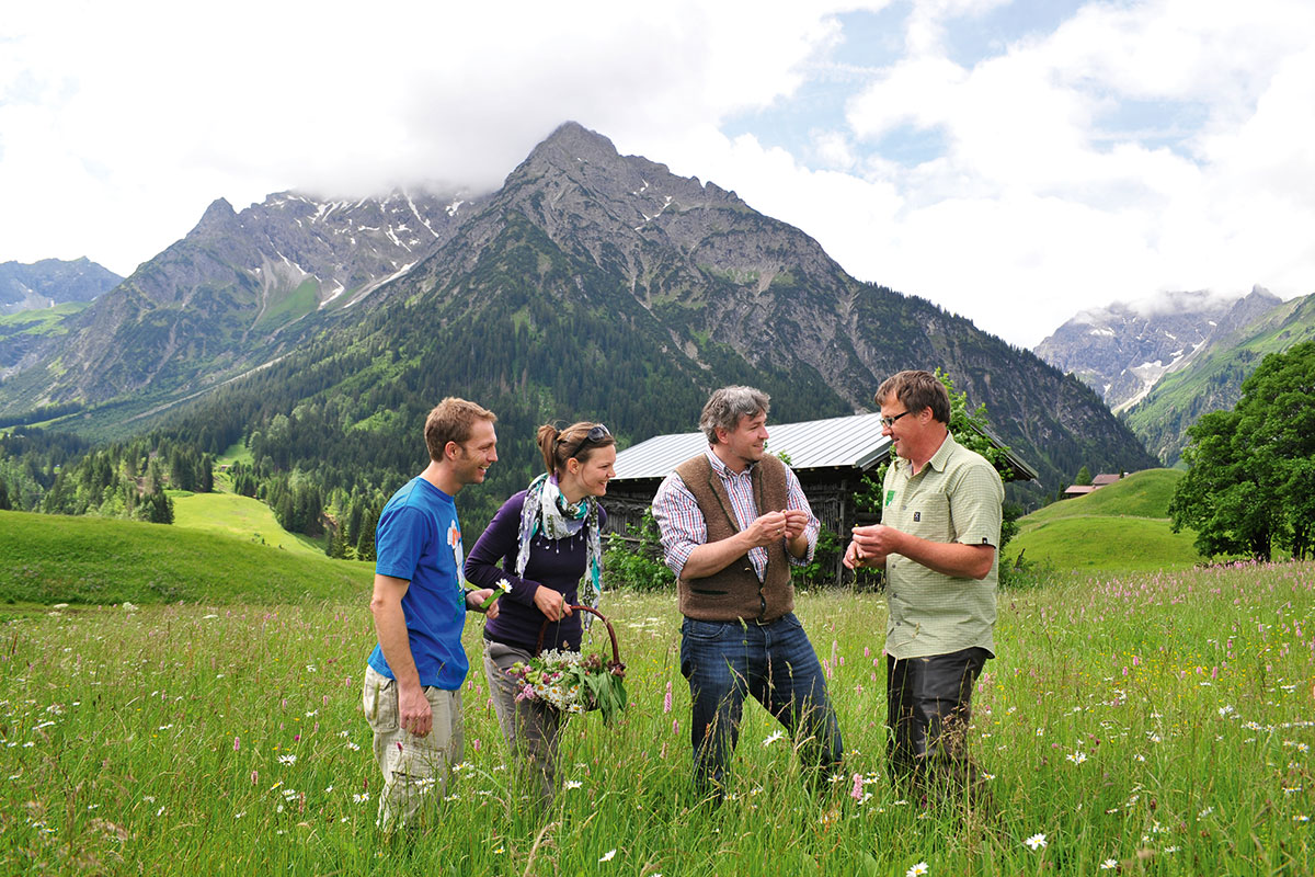 Koch und Wildkräuterexperte Herbert Edlinger (r.) macht Sommer wie Winter die Natur bei geführten Wanderungen in den Bergen des Kleinwalstertals erlebbar. Genussziel in Vorarlberg