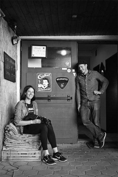 Wildkaffee – Der Bergröster. Wildes Team: Steffi mit Lumpi und Hardi, die Gründer von Wildkaffee