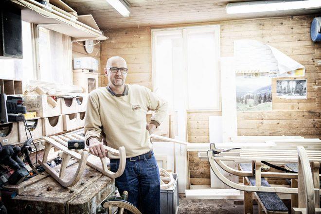 Davoser Schlitten – Auf zu neuen Kufen. Der Mann, der den Davoser Schlitten wieder nach Davos geholt hat: Paul Ardüser in der Werkstatt seiner Schreinerei