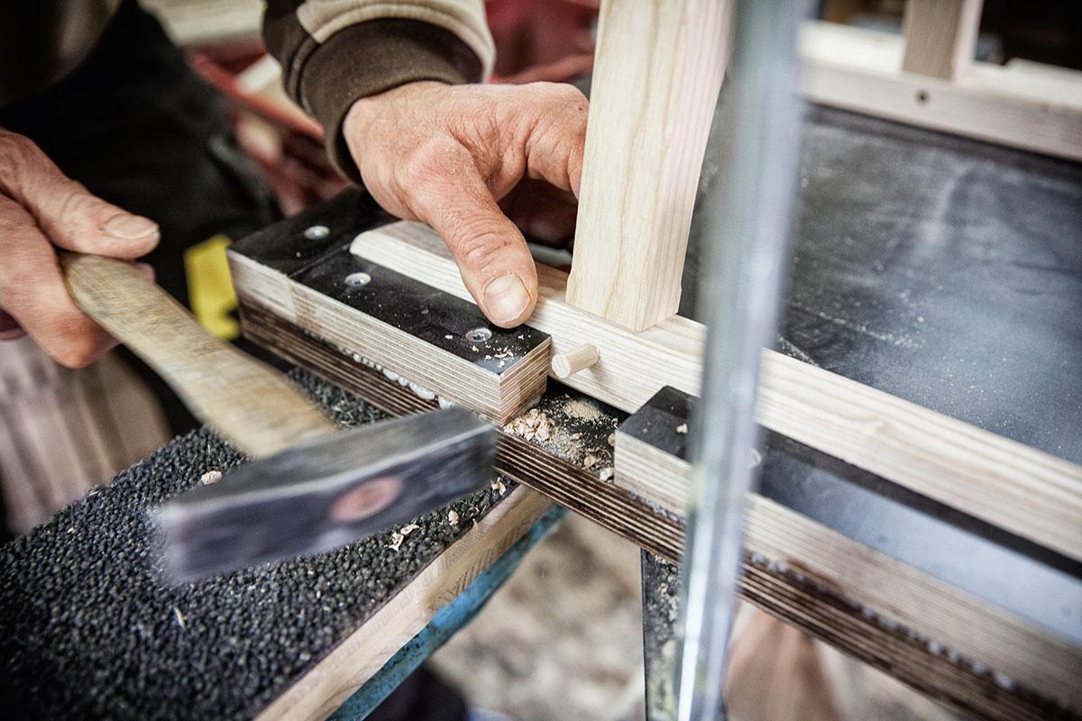 Davoser Schlitten – Auf zu neuen Kufen. Mithilfe einer Schablone wird Maß genommen