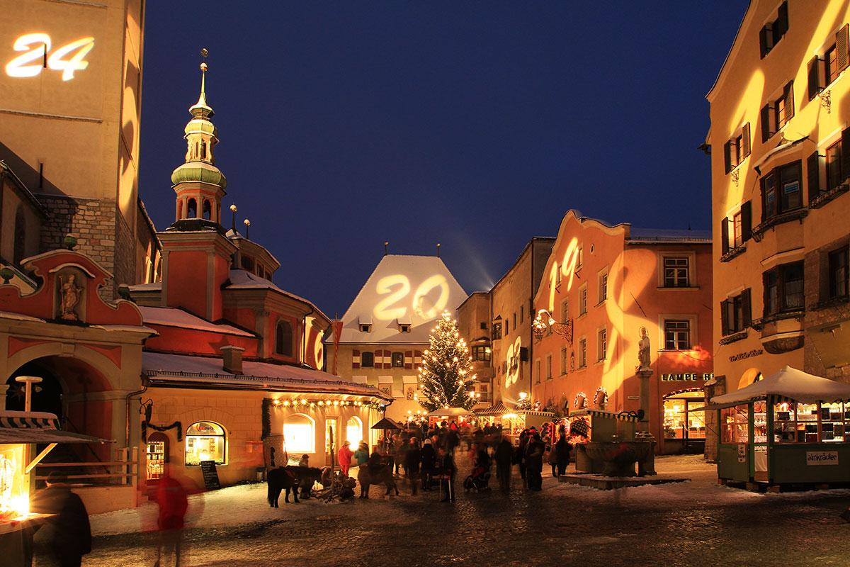 Acht der schönsten Adventmärkte in Tirol. Hall in Tirol: Überdimensionaler Adventkalender