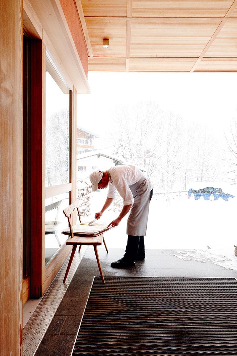Johanna Maier – Kochen für die Seele. Wildkräuter wie Vogelmiere und Spitzwegerich wachsen hinter der Kochschule im TEH-Garten