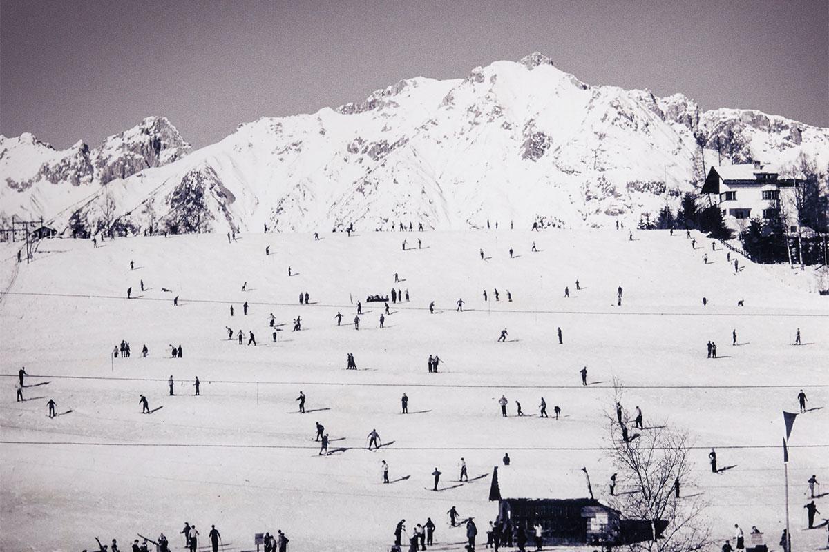 Seefeld – Wer hat´s erfunden? Mein Großvater. Seefeld 1939: Skifahren wurde auch ohne Lift und präparierte Pisten zum Volkssport. Von Anfang an dabei war Toni Seelos, der den Sport in der Tiroler Ferienregion beliebt machte