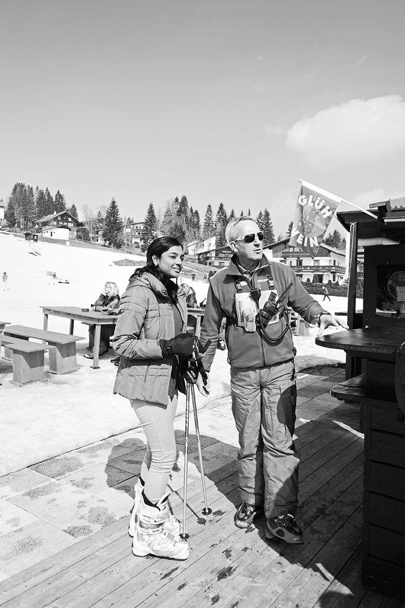 Seefeld – Wer hat´s erfunden? Mein Großvater. Enkel Werner mit einer Kundin bei seiner heutigen Arbeit als Skilehrer