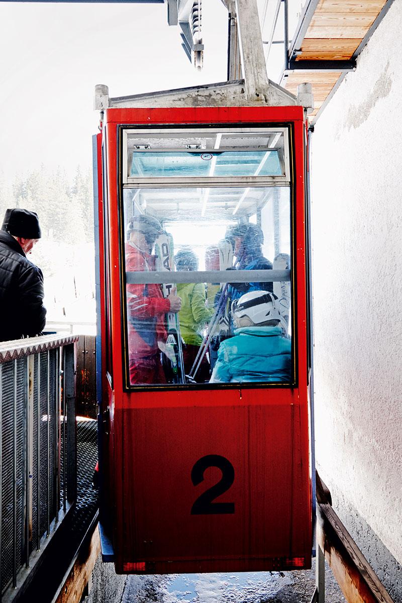 Seefeld – Wer hat´s erfunden? Mein Großvater. Dienstbar: 1958 gebaut, bringt die nostalgische Pendelbahn Wintersportler und Wanderer noch immer sicher zum Gipfel