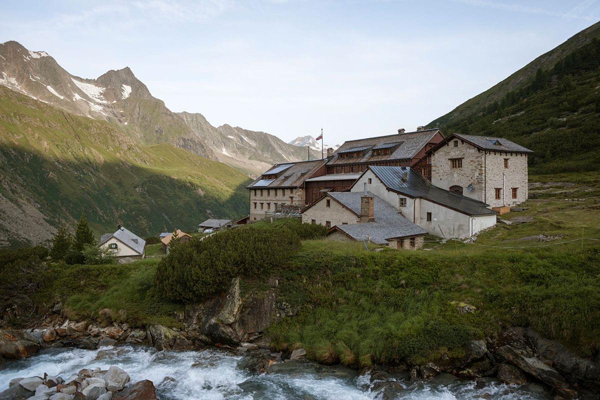 Erbaut wurde die Berliner Hütte 1879 und bis 1911 mehrmals erweitert. Bis heute ist sie eine der größten Schutzhütten in den Alpen. Die Berliner Hütte – ein Prachtbau aus der Gründerzeit