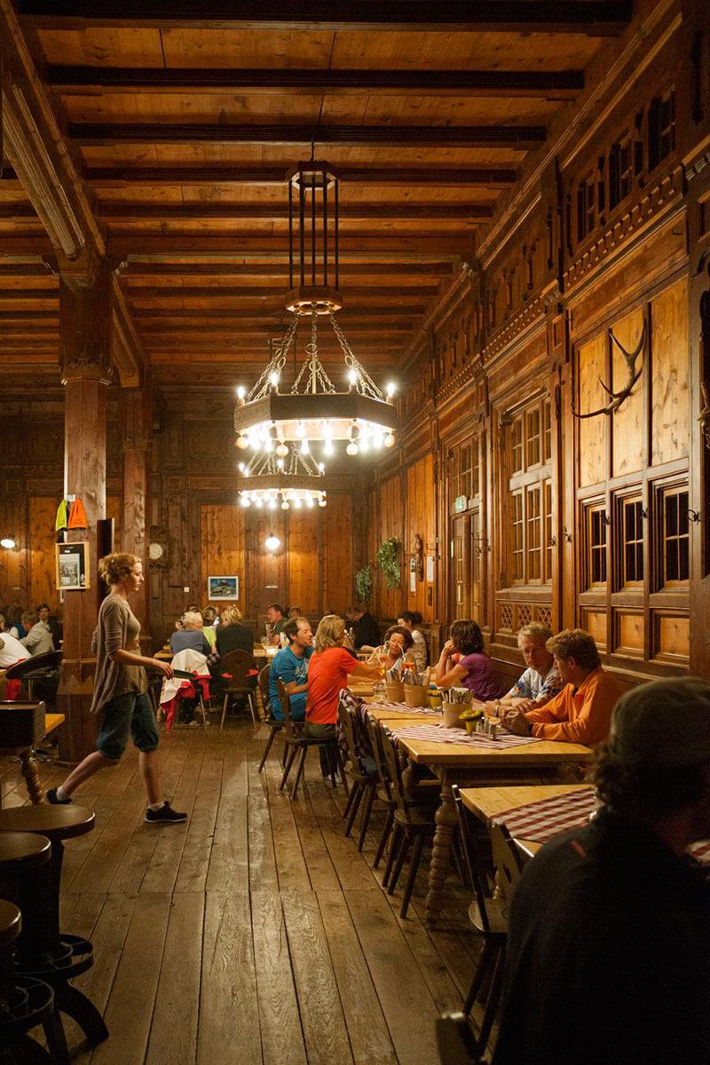 Selbst im Speisesaal hängt hier auf 2.042 Metern ein Kronleuchter. Die Berliner Hütte – ein Prachtbau aus der Gründerzeit