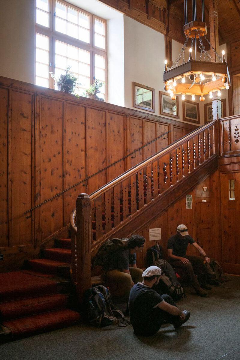 Innen ist die Hütte aufwändig vertäfelt und wirkt eher wie ein Hotel. Die Berliner Hütte – ein Prachtbau aus der Gründerzeit