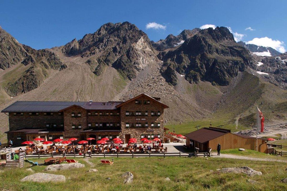 Die Doppelrolle als Ski- und Schutzhütte ist eine Besonderheit unter den DAV-Hütten. Die Dresdner Hütte – vor 142 Jahren die erste Schutzhütte im Stubaital