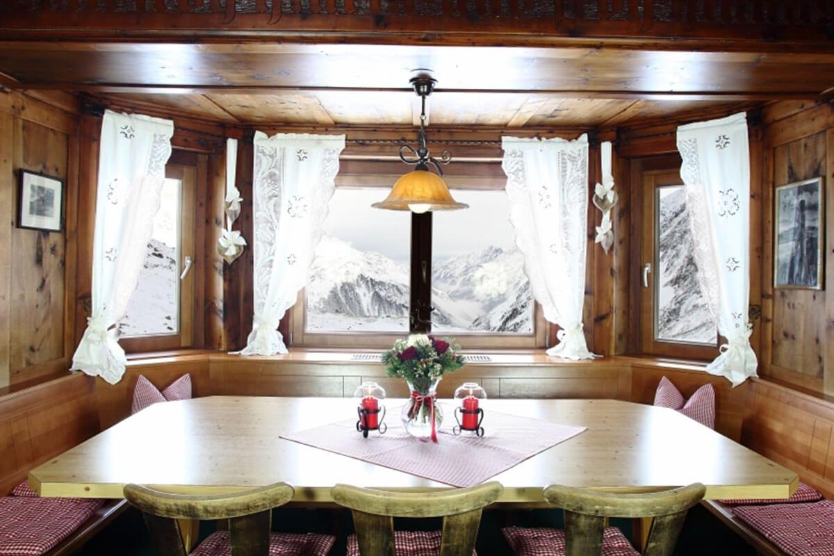 In der Dresdner Hütte zeugen Bilder aus Dresden, dem Elbtal und dem Elbsandsteingebirge von der Verbundenheit zur Sektion. Die Dresdner Hütte – vor 142 Jahren die erste Schutzhütte im Stubaital