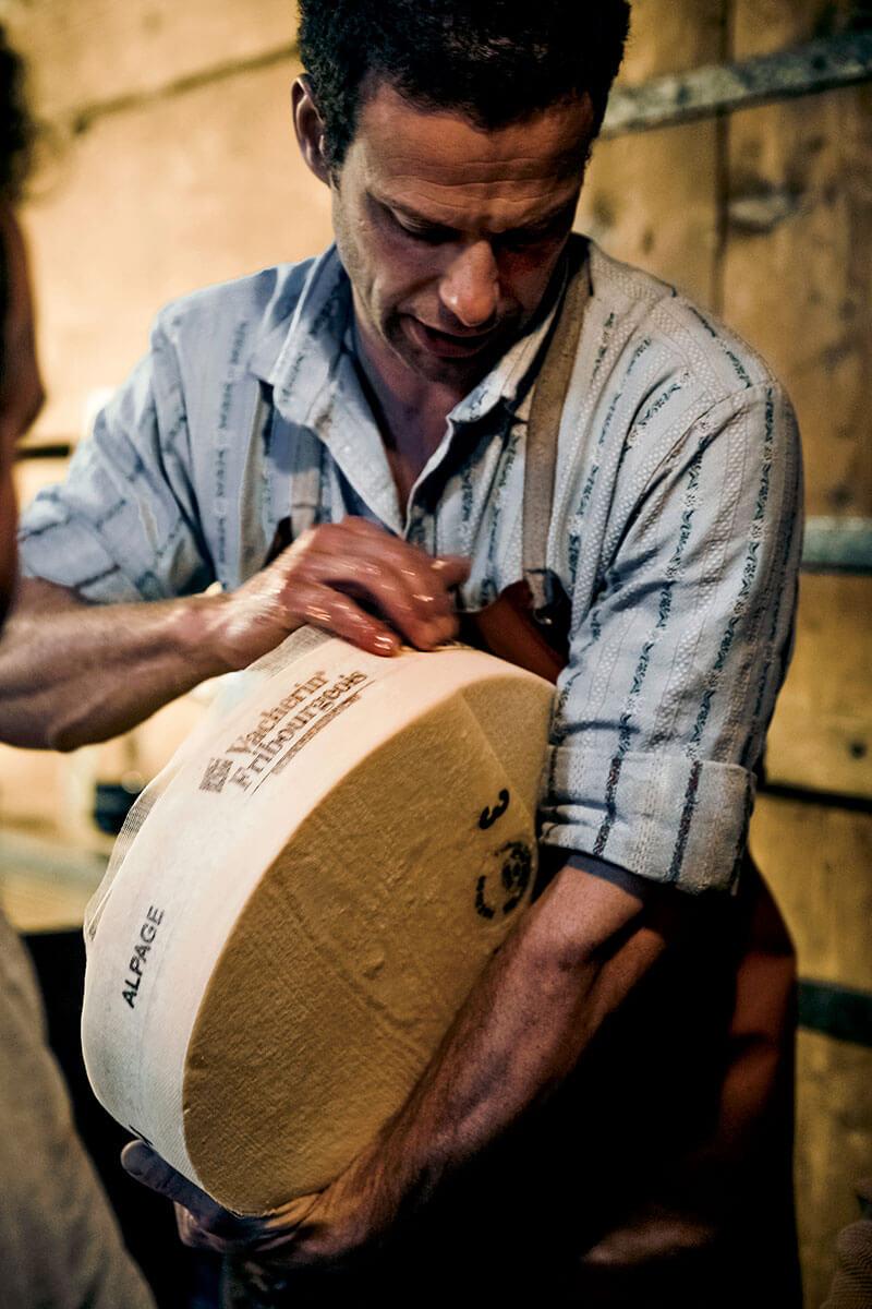 Fribourg – Gourmetpfade und ein Schokoladenzug. Um das traditionelle Savoir-faire des Käsemachens weiterzugeben, bieten Käsereien geführte Besichtigungen an