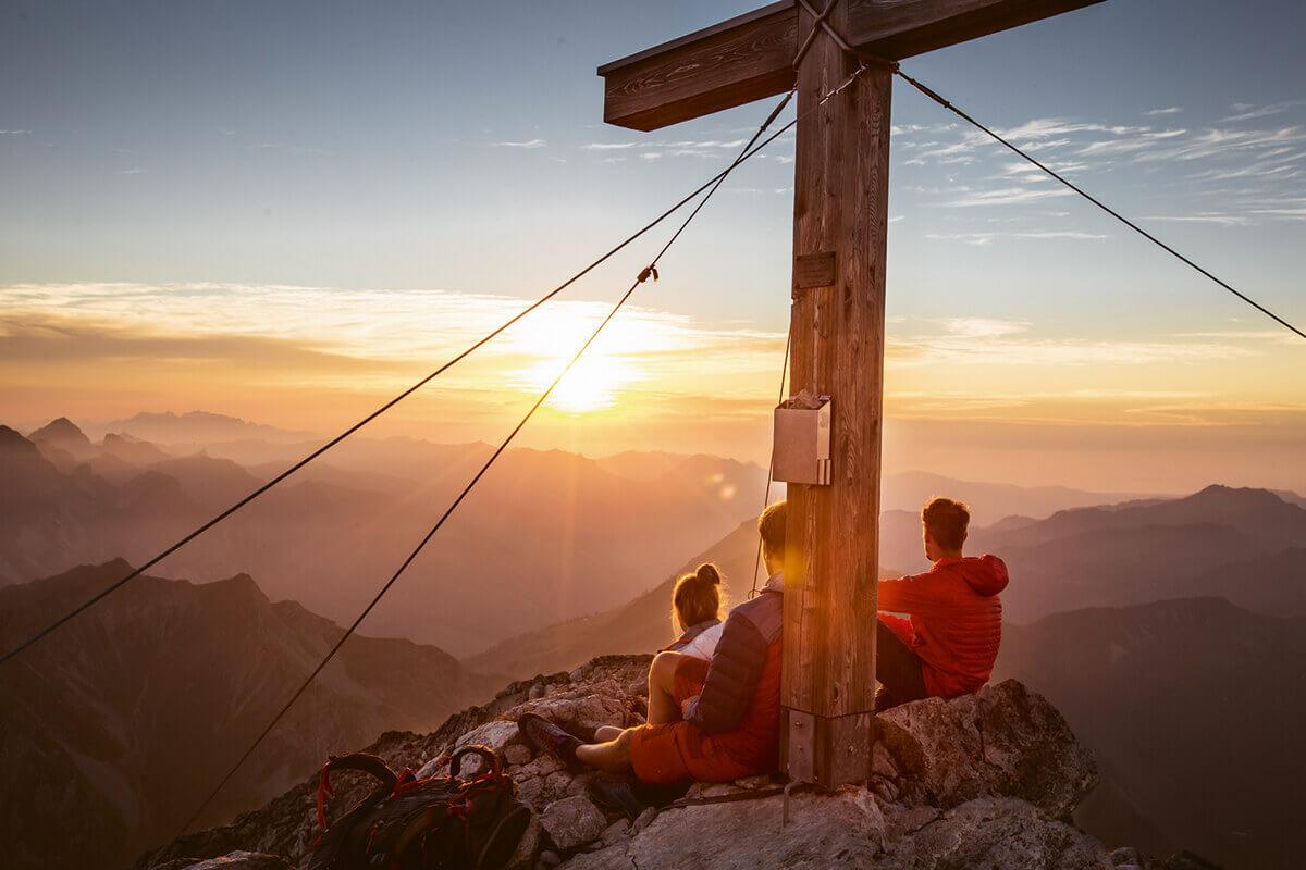 Warth-Schröcken – Alpines Wandern zu imposanten Felsriesen. Highlight für Frühaufsteher: geführte Sonnenaufgangstour auf das 2.256 Meter hohe Wartherhorn