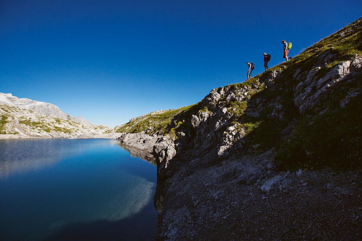 Warth-Schröcken – Alpines Wandern zu imposanten Felsriesen. Nicht nur im Fels: glasklare Bergseen bieten Rastplätze zum Verweilen