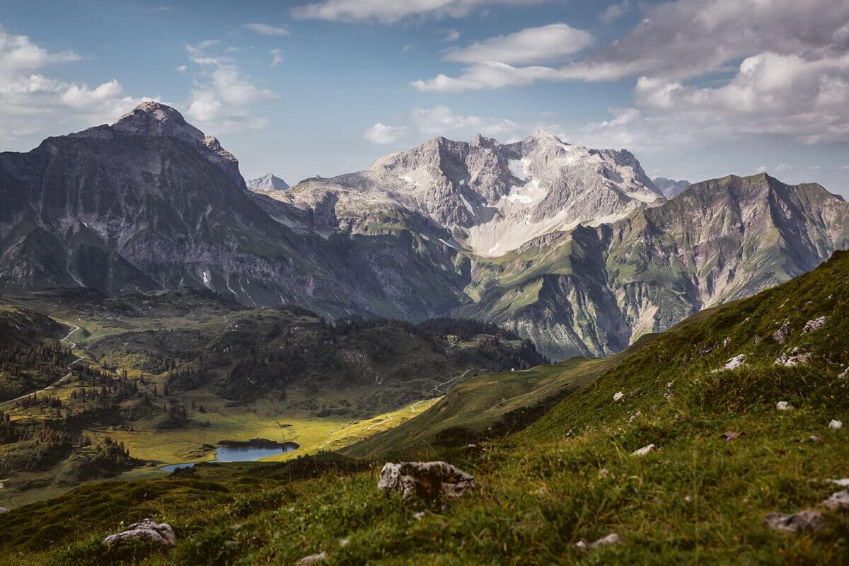 Warth-Schröcken – Alpines Wandern zu imposanten Felsriesen. Die mächtige Braunarlspitze ist mit ihren 2.649m der höchste Berg im Bregenzerwald