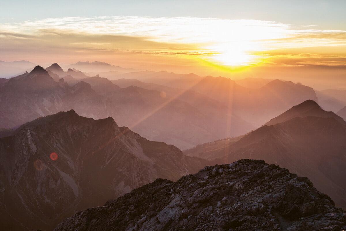 Warth-Schröcken – Alpines Wandern zu imposanten Felsriesen. Die Felsriesen stehen Spalier: grandiose Fern- und Tiefblicke garantiert