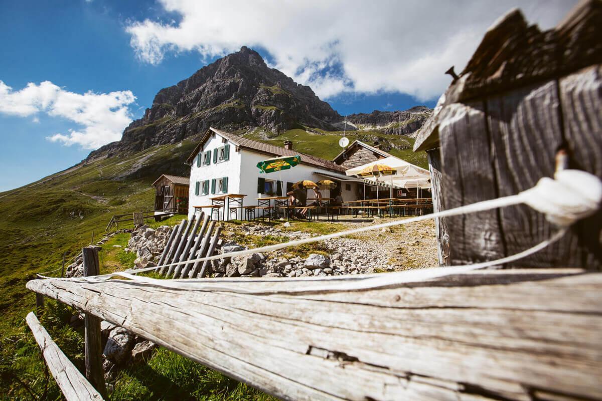 Warth-Schröcken – Alpines Wandern zu imposanten Felsriesen. Wer den alpinen Wanderwegen in Warth-Schröcken folgt, taucht schnell ein in die faszinierende Hochgebirgslandschaft
