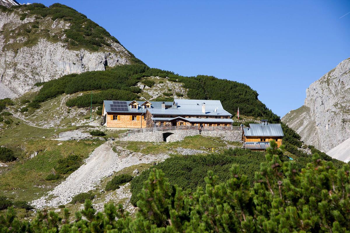 Die Coburger Hütte – mit Blick auf die Zugspitze. Die Coburger Hütte oberhalb von Ehrwald.