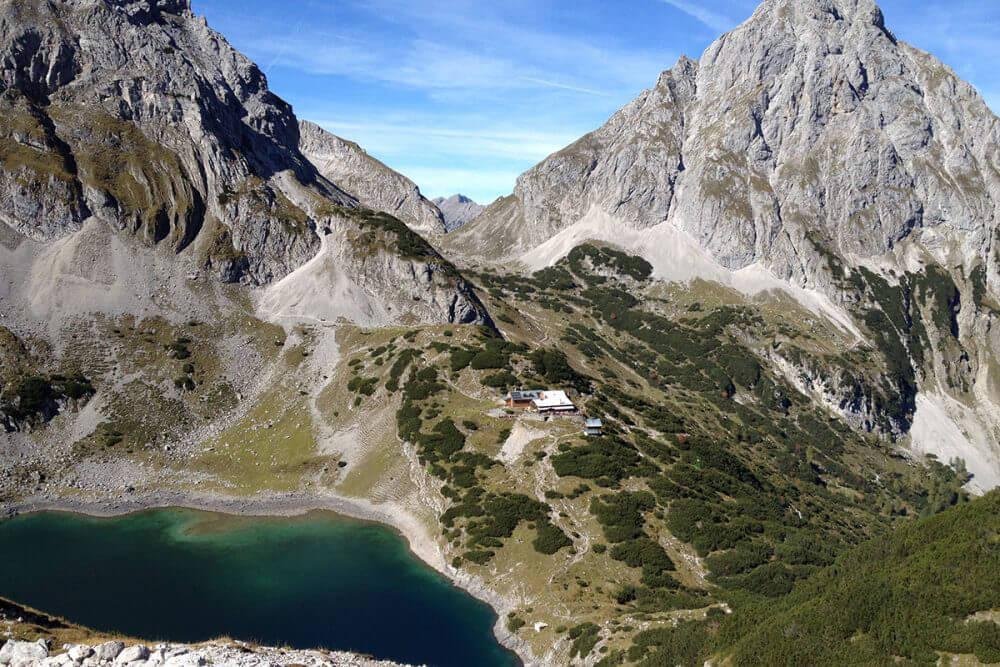 Die Coburger Hütte – mit Blick auf die Zugspitze. Malerisch über dem Drachensee liegt die Coburger Hütte auf 1.920 Metern.